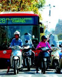¿Molesta que circulen motos por el carril bus?