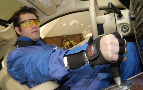 Un curioso traje para conducir como una persona mayor