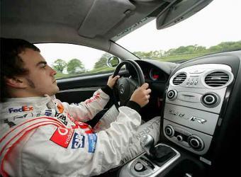 Fernando Alonso crea un decálogo del buen conductor