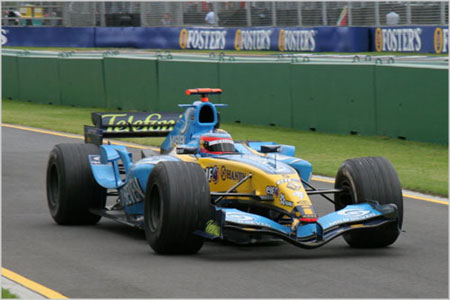 Fernando Alonso bebiendo mientras conduce