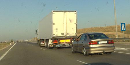 Una autopista no es una mesa de ping-pong, adelanta por la izquierda