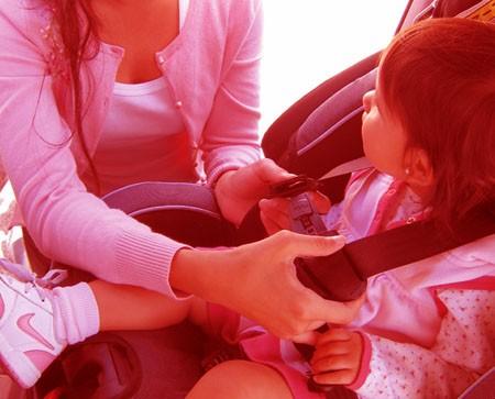 Nunca deje a niños solos en un coche cerrado al sol