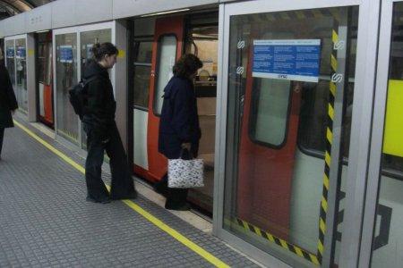 Mampara en la estación que tienen los Ferrocarrils de la Generalitat de Catalunya en la calle Provença (Barcelona)