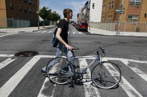 Peatón empujando una bicicleta