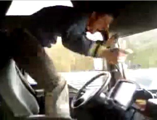 Despiden a 'Tarzán al volante', el camionero rumano que salta y baila mientras conduce por la autopista