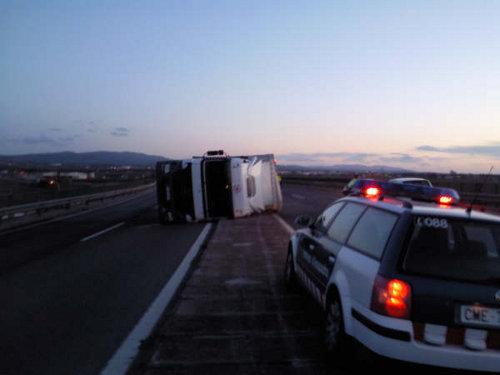 Camión volcado debido a una ráfaga de viento en Tarragona