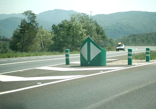 Hito de vértice emplazado en una salida de la carretera