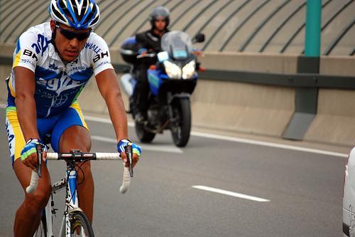 Los ciclistas en carretera, ¿por qué se juegan el tipo?