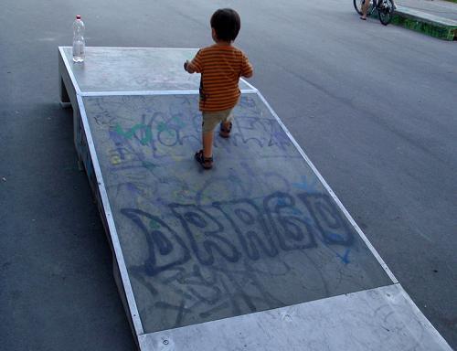 Niño subiendo por una rampa de skate