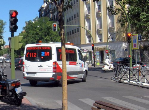 Ambulancia junto a un semáforo rojo