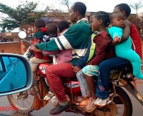 Transporte de niños en moto
