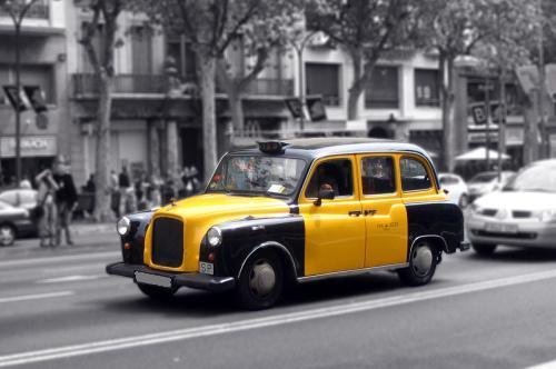 Taxi circulando por Barcelona
