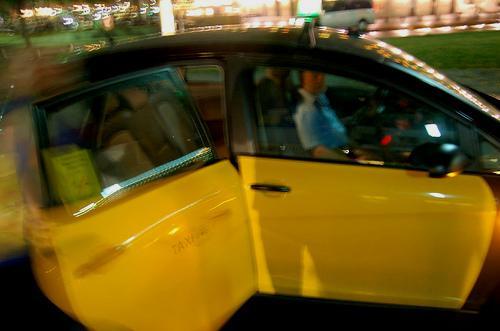 Taxi con la puerta abierta