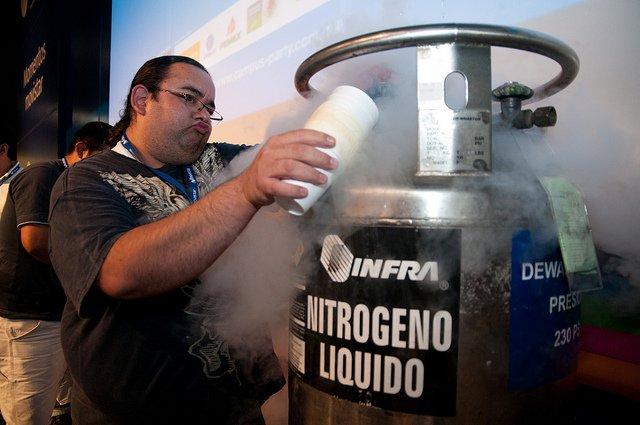 Una botella de nitrogeno líquido