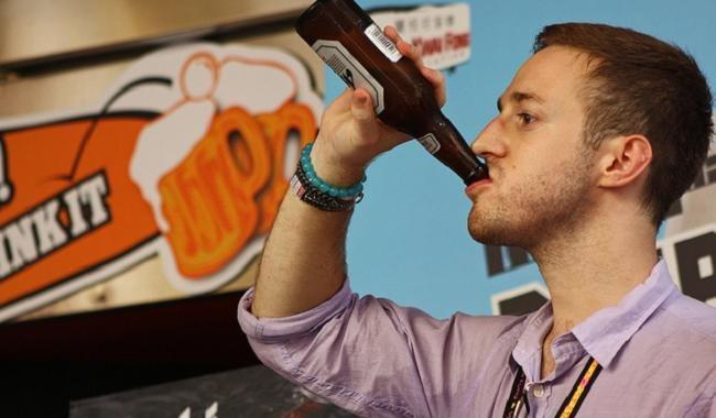 Hombre bebiendo alcohol