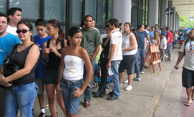 Gente guardando cola
