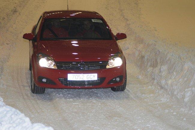 Opel Astra GTC con neumaticos de invierno