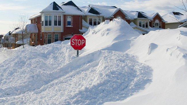 Carretera y señal de Stop, sepultadas por la nieve