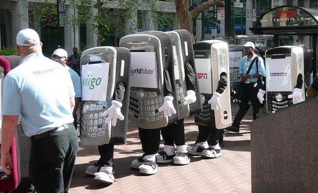 Peatones, el móvil no sirve para cruzar la calle