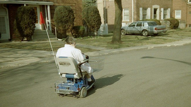 Mujer mayor transitando por la calle