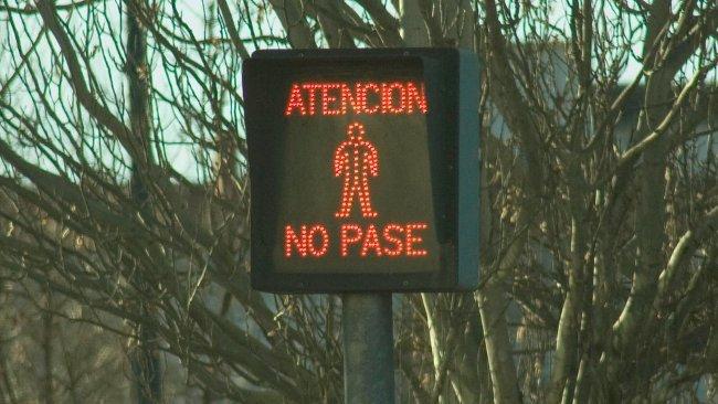 No pases, por favor