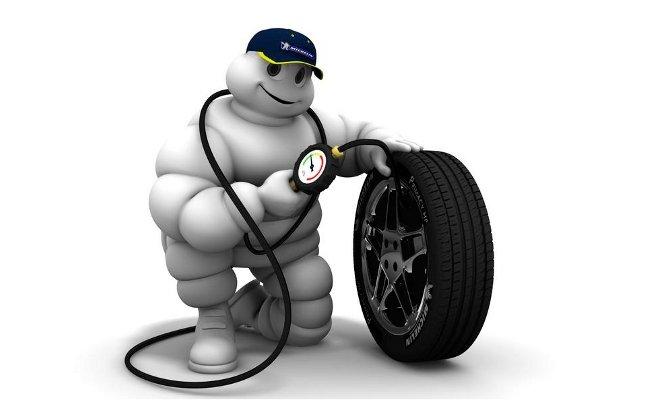 ¿Cómo revisar correctamente las presiones de los neumáticos en una moto?