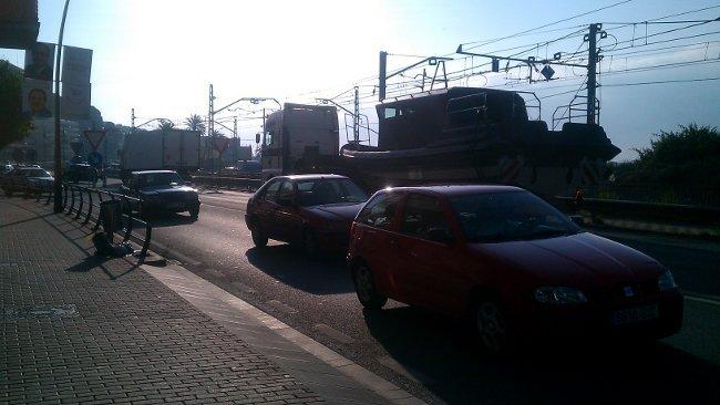 El camión de la izquierda esperando, arrimado al arcén, impide el paso de un transporte especial