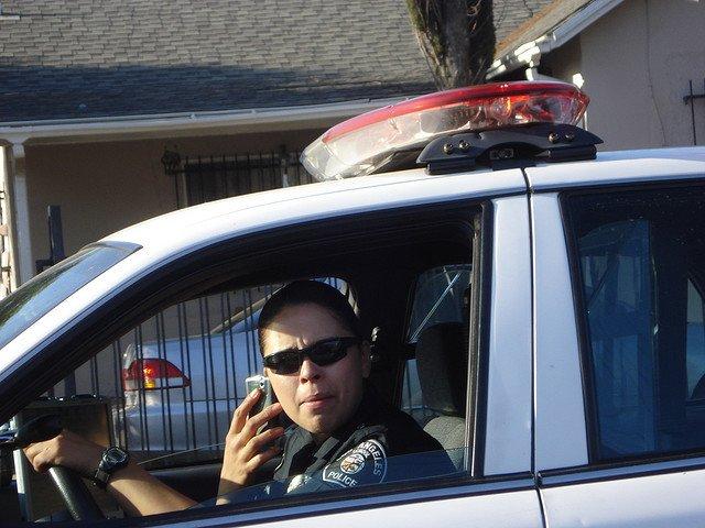 Este policía pertenece al club de los conductores mancos