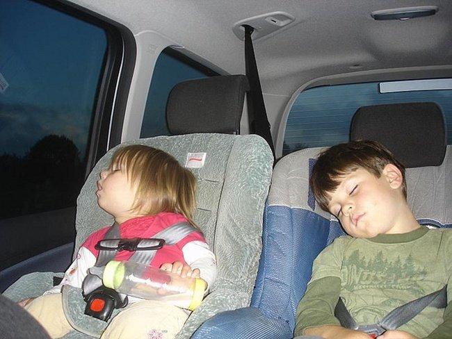 niños con el sistema de retención infantil
