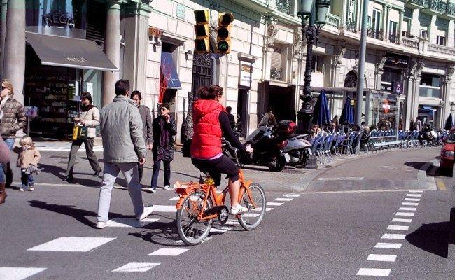 Bicicleta en el paso de peatones, peatones en el paso para ciclistas