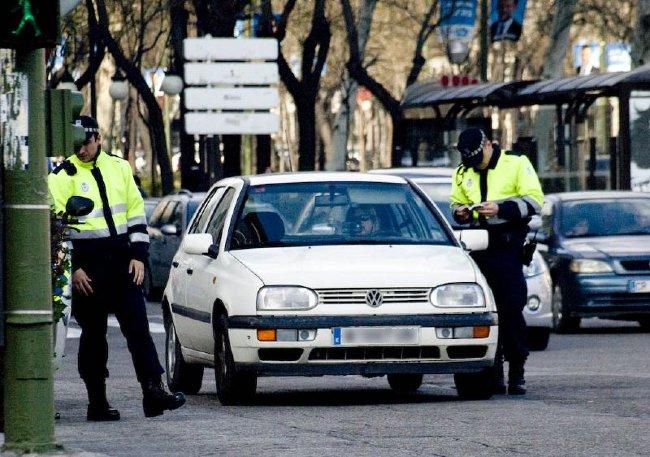 Policías multando a una conductora