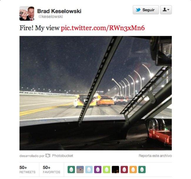 twitteando-desde-el-coche.jpg