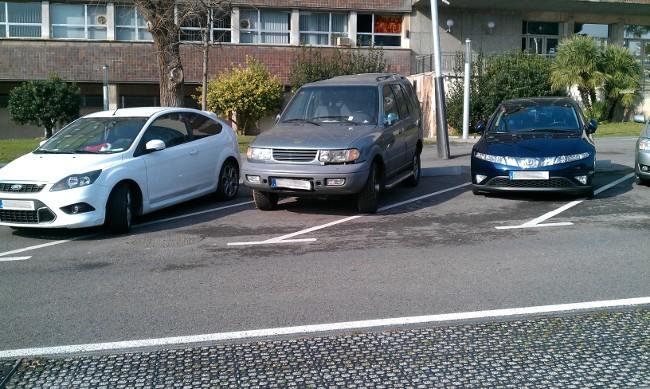 Tres coches (mal) aparcados en oblicuo