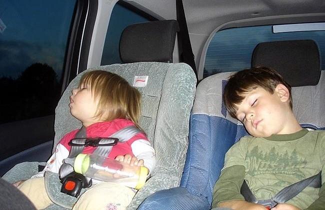Cinco formas de despistarte llevando niños en el coche
