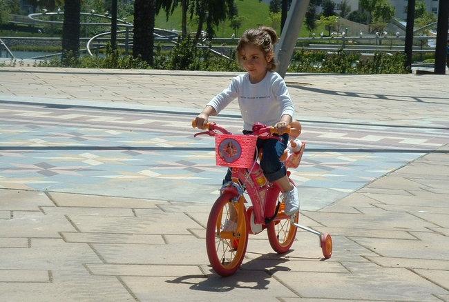 Niña en bicicleta
