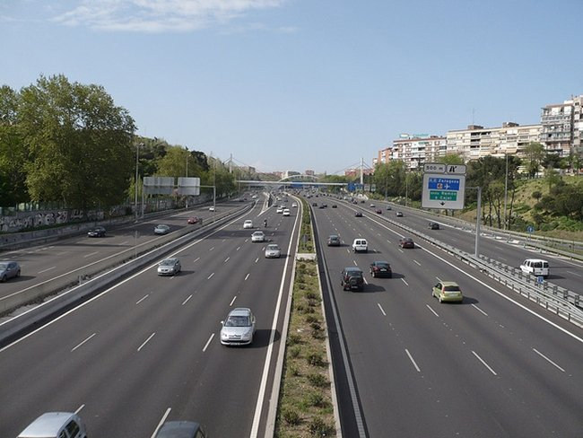 ¿Me pueden sancionar si circulo por el carril izquierdo de una autopista o autovía?