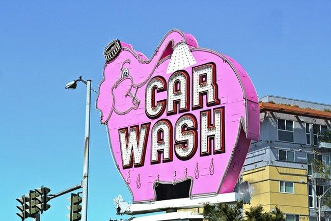 ¿Me pueden sancionar por lavar el vehículo en la vía pública?