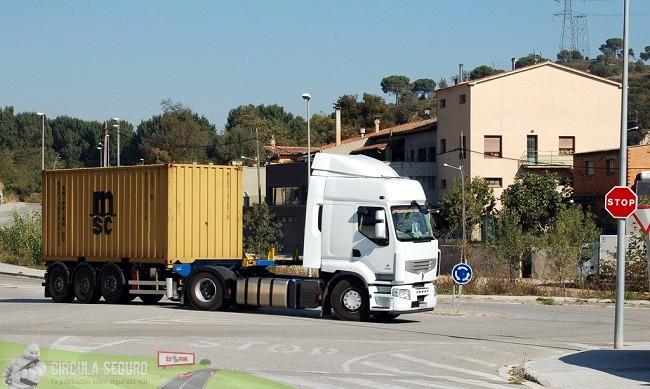 Camión en la rotonda