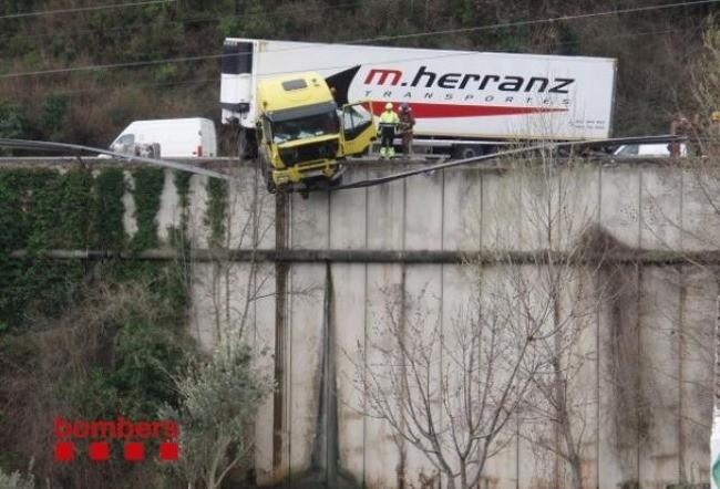 Camión siniestrado en la C-17, km 40, a la altura de Aiguafreda (Barcelona)