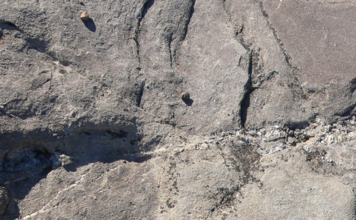 Las fallas en roca suelen formarse mediante fracturas por estrés, un tipo de fractura que también es posible en huesos humanos, pero no tanto en accidentes.