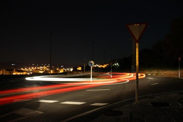 ¿Se puede acceder a una rotonda si otro vehículo circula por un carril interior?