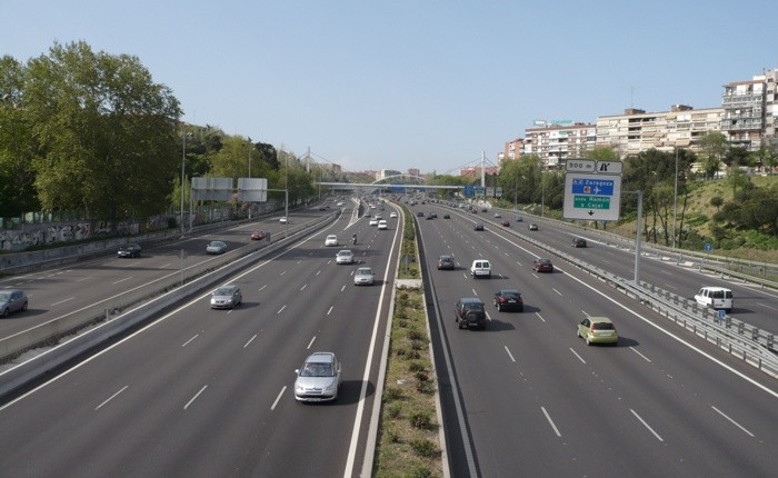 La mala costumbre de circular por el carril central en las autopistas