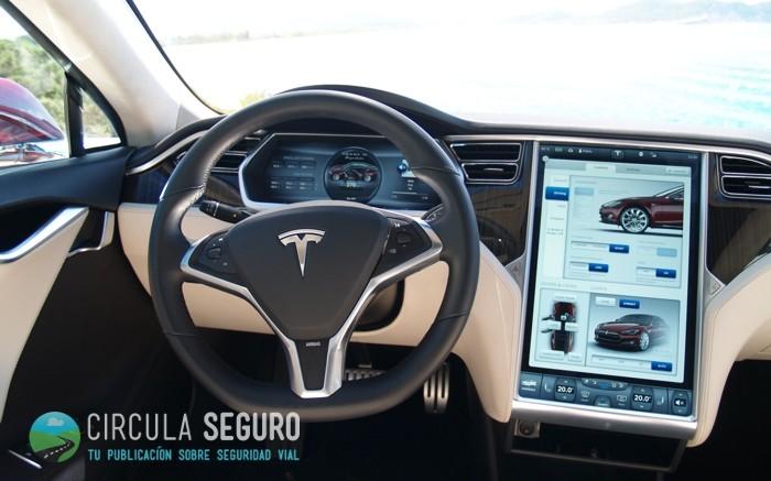 Las pantallas táctiles en los coches y el riesgo de distracción