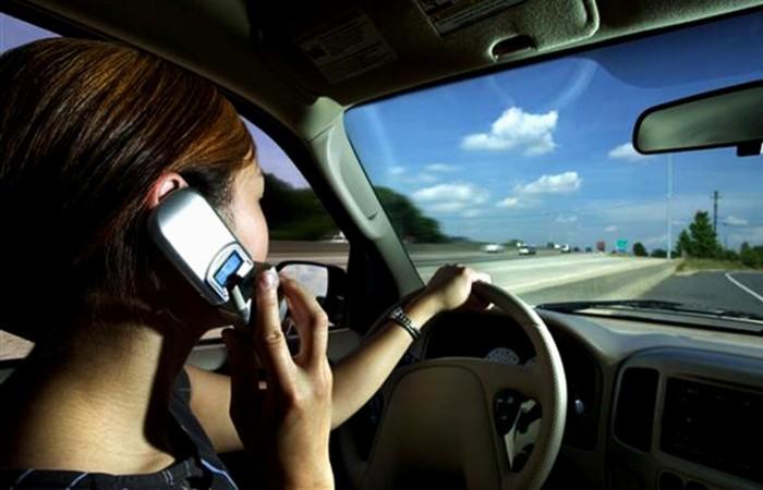 Por favor: recordemos que no se puede utilizar el teléfono móvil al volante