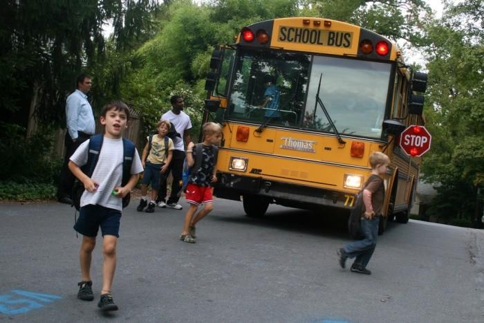 ¿Quién es responsable de enseñar Seguridad Vial en el entorno del colegio?