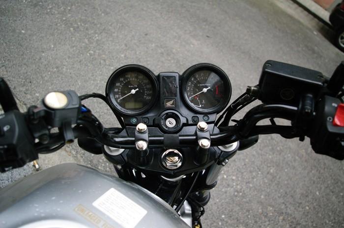 Comportamiento básico de la motocicleta (5): autoalineamiento, avance y contramanillar