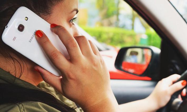 Teléfono móvil al volante: ¿Es la ley suficiente?