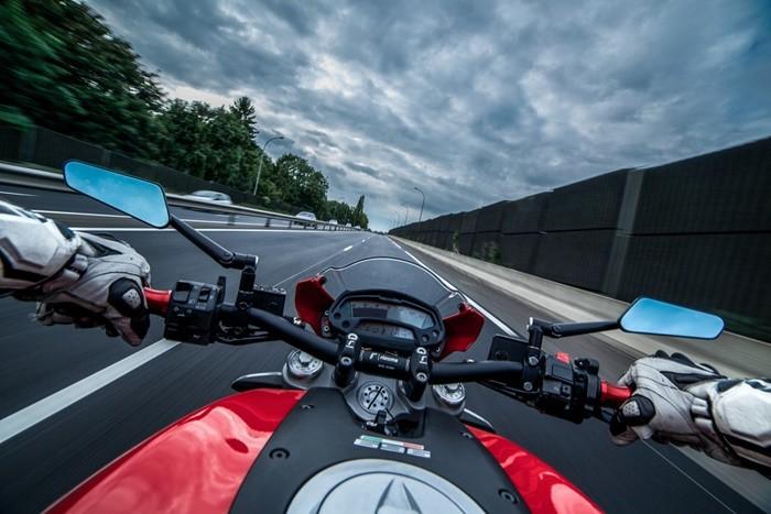 ¿Cómo debemos situarnos en el carril cuando circulamos en moto?