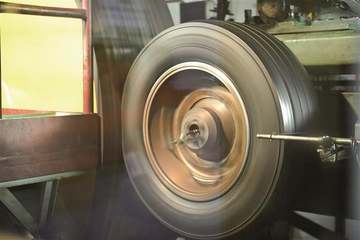 Así de mal lo pasa un neumático en un centro de innovación antes de salir a la carretera