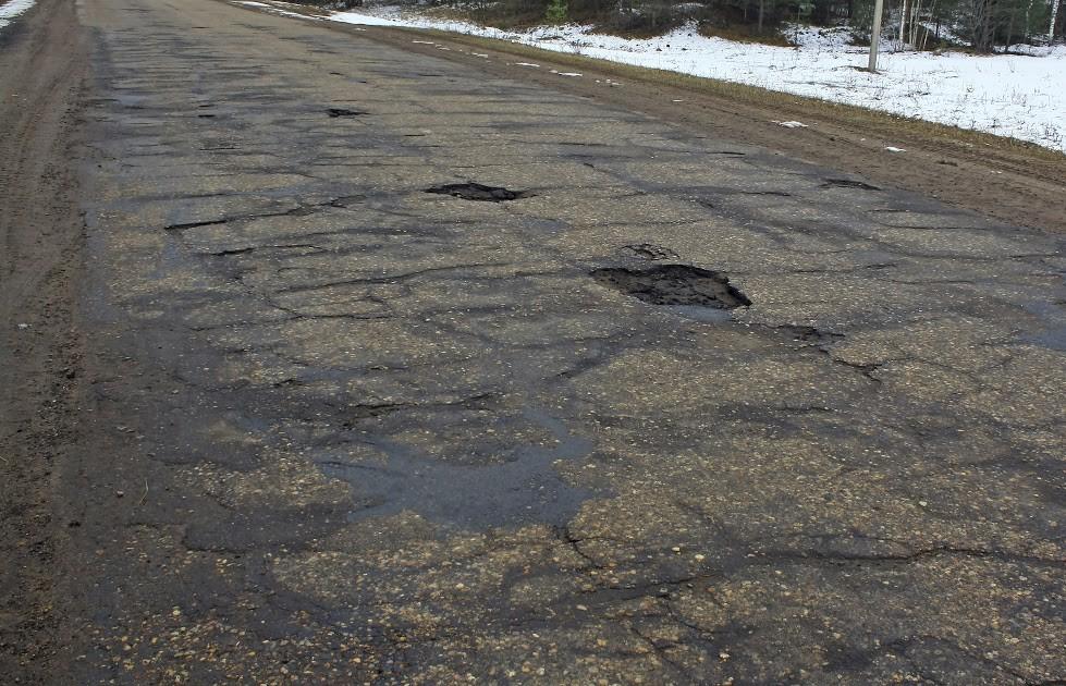 La ley da la razón a un motorista por el peligro de las grietas en carretera mal selladas